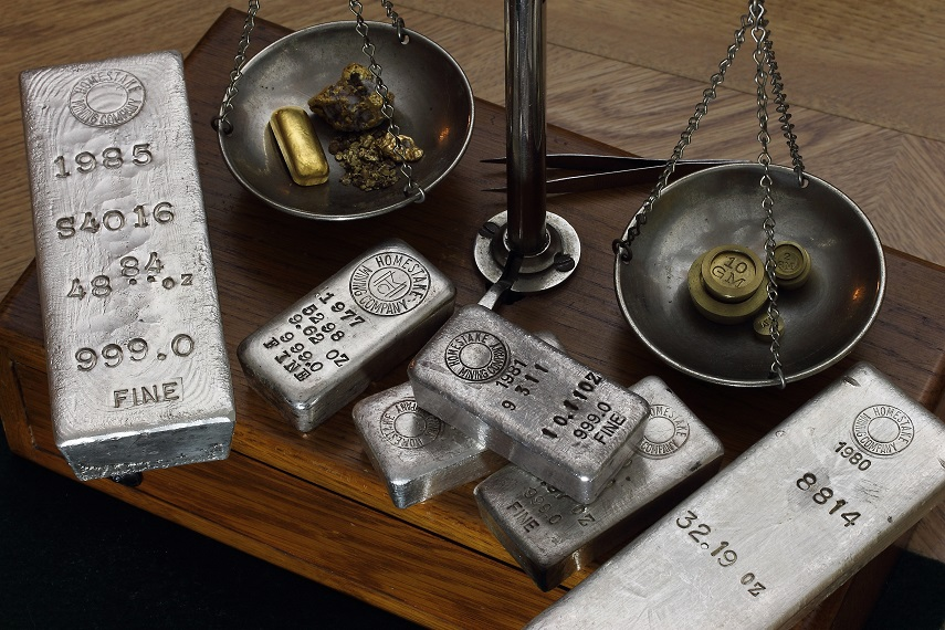silvertackor och guld i vågskål